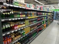 В Москве мужчина выпил алкоголь в магазине и уснул на полу