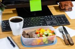 Жесткая экономия: 48% россиян для рабочего обеда берут еду из дома