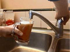 Алкоголь полился из-под крана в жилом доме в Индии