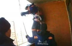 В Кунгуре двухлетняя девочка закрыла маму и ее подругу на балконе пр -15