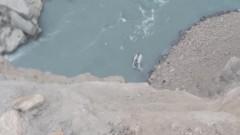 В Пакистане при падении фургона в реку погибли около 20 человек