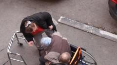 В Тюмени избили на улице бабушку на инвалидной коляске
