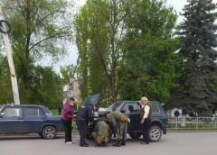 В Шахтах полицейские помогли водителю на дороге