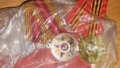В Сальске полицейские вернули медали пенсионерке