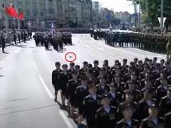 Участница парада в Калининграде, потерявшая туфлю, получила медаль