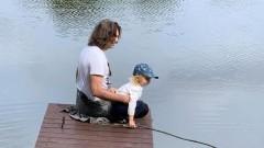 Дмитрий Маликов похвастался, как учит двухлетнего сына рыбной ловле