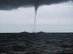 Удар стихии: смерч вышел из моря и разрушил пляж в Сочи