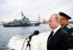 День ВМФ: Владимир Путин на катере обошел парадную линию боевых кораблей в Кронштадте