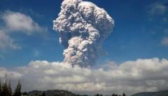 «Проснулся»: вулкан Эбеко на Курилах выбросил пепел на высоту около километра