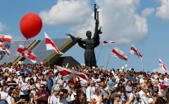 На площади Независимости в Минске собрались свыше тысячи протестующих