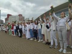 В Минске женщины выстроились в