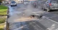 В Новосибирске часть асфальтового полотна превратилась в яму с кипятком