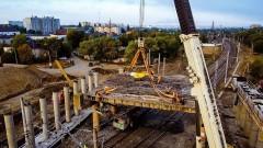 На путепроводе в Невинномысске установили первые балки первого пролетного строения