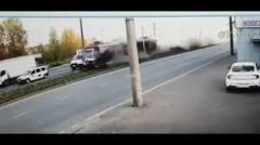 В Казани из-за столкновения с трамваем грузовик разнесло на части