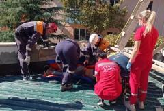 Сочинские спасатели транспортировали с крыши здания мужчину с переломом позвоночника