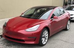 Американец случайно сел на телефон и заказал обновления Tesla на 4,2 тысячи долларов
