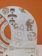 Юные невинномысцы подарили летчику-космонавту Олегу Скрипочке вечный календарь