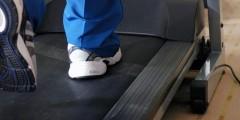 В Невинномысске 95-тилетний ветеран тренируется на беговой дорожке