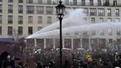 В Берлине протестующих против карантина разгоняют слезоточивым газом