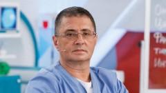 Доктор Мясников: в 2021 году будут всплески коронавируса, и маски не отменят