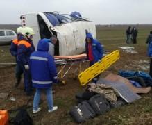 В Темрюкском районе перевернулся пассажирский автобус, четверо пострадали