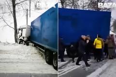 В Новосибирске водители руками передвинули огромную фуру