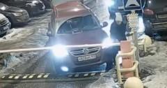 В Подмосковье женщина-водитель пыталась топором разрубить шлагбаум