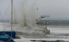 Ураганный ветер во Владивостоке сбивает с ног людей