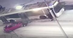 В Санкт-Петербурге лихач протаранил стоящие авто и столкнулся с автобусом