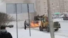 В Петербурге водитель снегоуборщика потушил загоревшийся автомобиль