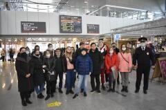 В Сочи транспортные полицейские и сотрудники СК ЖД провели экскурсию для детей на самом большом вокзале