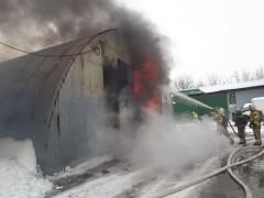 В подмосковном поселке загорелись ангары