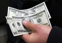 Опрос: россияне скупают доллары и складывают их под матрас