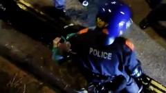 В Индии сотни людей набросились на полицейских с мечами