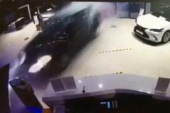 В Красноярске Lexus протаранил дилерский центр