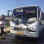 В Краснодаре маршрутка столкнулась с грузовиком, восемь пострадавших