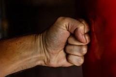 В Краснодаре мужчину осудят за побои полицейскому и похищение его удостоверения