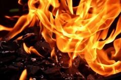 В Кургане на улице Перова мощный пожар охватил частные дома