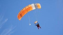 В Москве на проезжую часть с высотки прыгнули парашютисты