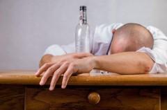 Из-за отравления суррогатным алкоголем в Оренбургской области скончались 26 человек