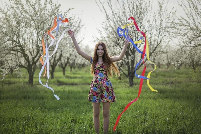 Девушка с лентами фото