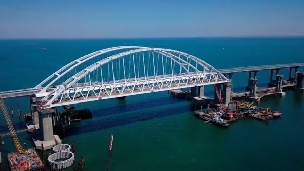 Строители приступили кукладке рельсов наКрымском мосту