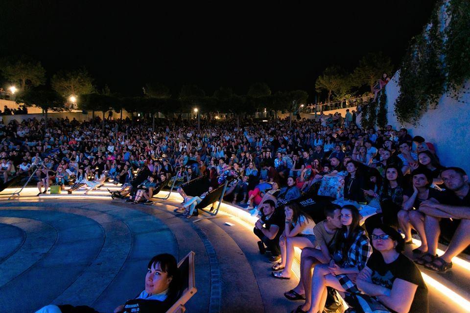 Зрители занимали места за несколько часов до показа