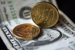 Впервые с 19 августа доллар упал ниже 64 рублей