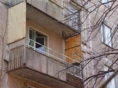 В Екатеринбурге пьяная женщина чуть не сбросила с балкона ребенка