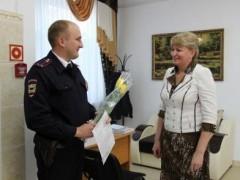 В Курганинске полицейские поздравили женщин с 8 марта