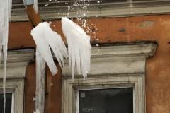 В Южно-Сахалинске с крыши рухнул лед и покалечил двух женщин