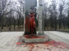 В Киеве неизвестные облили краской памятник активистке Организации украинских националистов