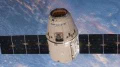 Космический корабль Dragon приземлился в Тихом океане, используя парашюты