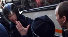 Полиция задержала более 30 человек на прогулке оппозиции в центре Москвы